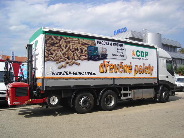 Nákladní automobil s manipulátorem pro rozvoz pelet a briket z biomasy