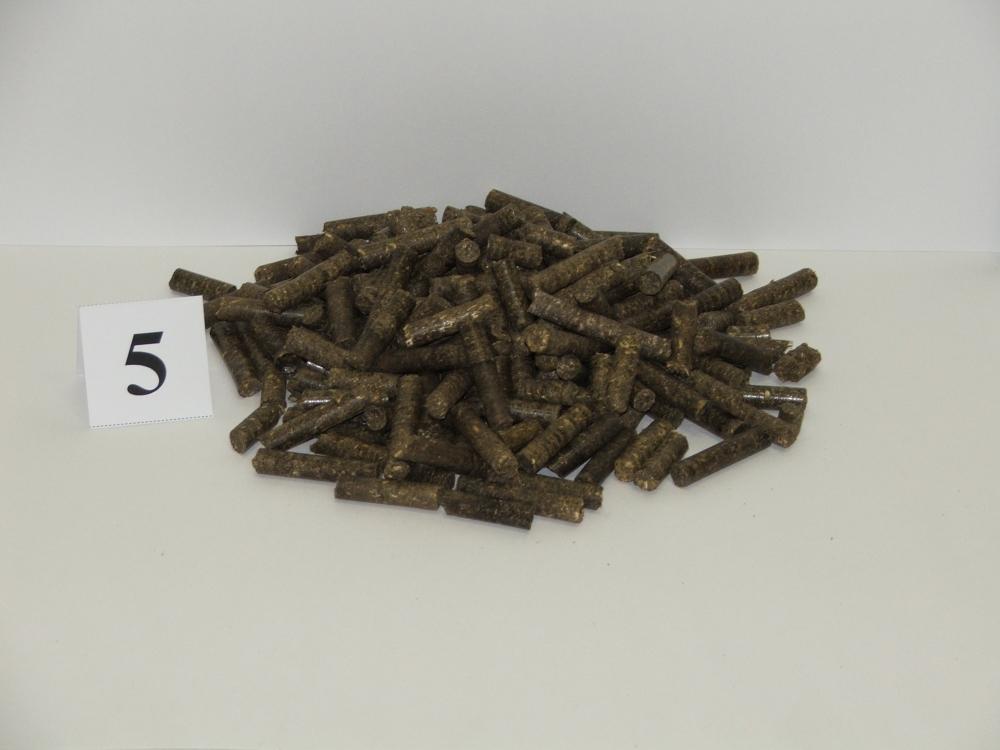Topné pelety (příklady): z pšeničné slámy s aditivem hnědého uhlí