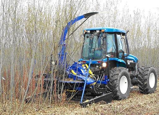 Zber a štiepkovanie v jednom kroku -  SUNY Bender v agregácii s traktorom