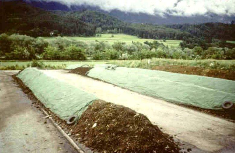 Typická zemědělská  kompostárna - otevřené kupy na asfaltované ploše