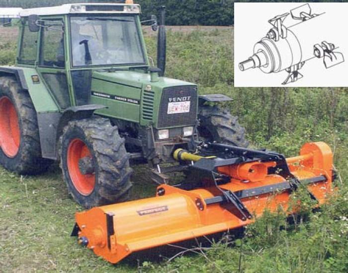 Detail pracovního válce kladívkového mulčovače v čelním zavěšení na traktoru firmy Perfect van Wamel