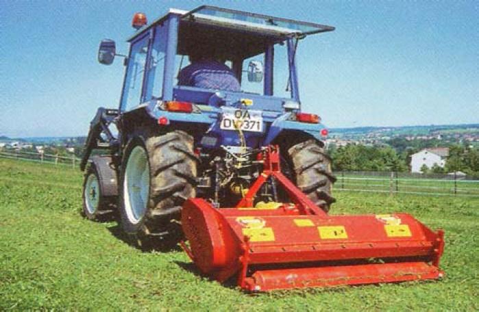 Model kladívkového mulčovače záběru 1-2 m firmy Humus pro zadní i čelní zavěšení za traktorem s kopírováním plochy půdním válcem