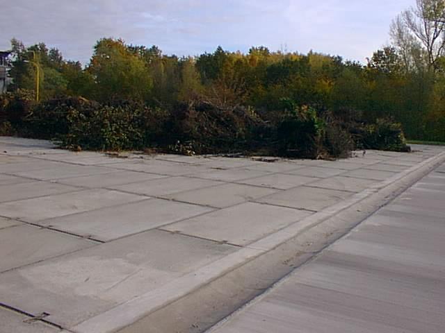 Kanálek oddělující plochu určenou pro kompostování a plochu pro skladování a drcení větví