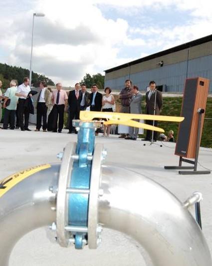 Slavnostní proslov na střeše fermentoru bioplynové stanice v Krásné Hoře za přítomnosti Pavla Sekáče (MZe) a Jiřího Vacka (KDÚ-ČSL)
