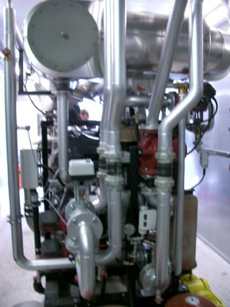 Pohled na sací a výfukové potrubí pohonné jednotky