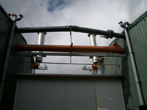 Spojení fermentoru a dohnívací nádrže potrubím