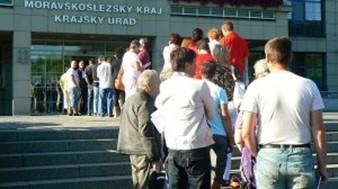 Lidé čekají ve frontě na podávání žádostí