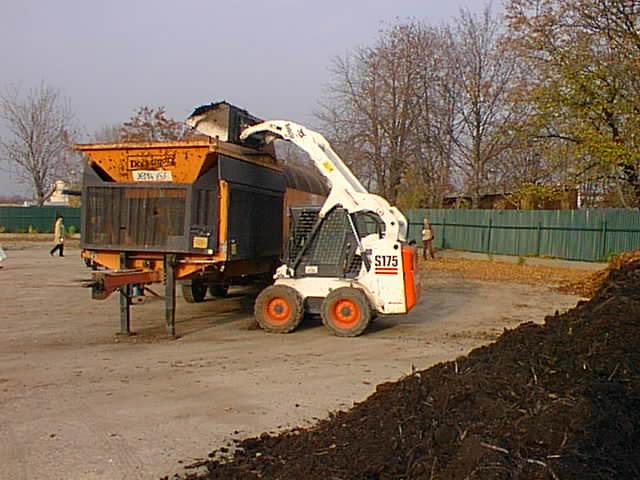 Nakládání kompostu do síta