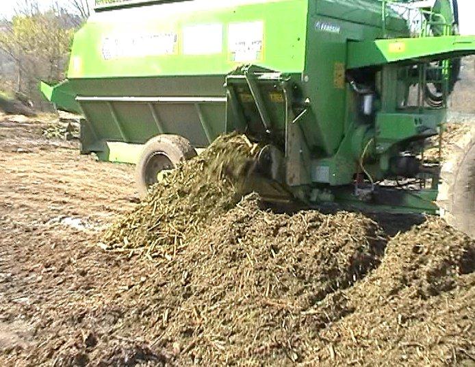 Vyskladňování nadrceného dřevného odpadu