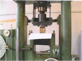 Příčné štípání topné brikety na trhacím stroji ZDM-5