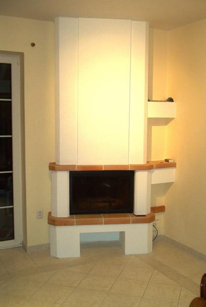 Moderní interiérový krb s krbovou vložkou a zabudovaným teplovodním výměníkem