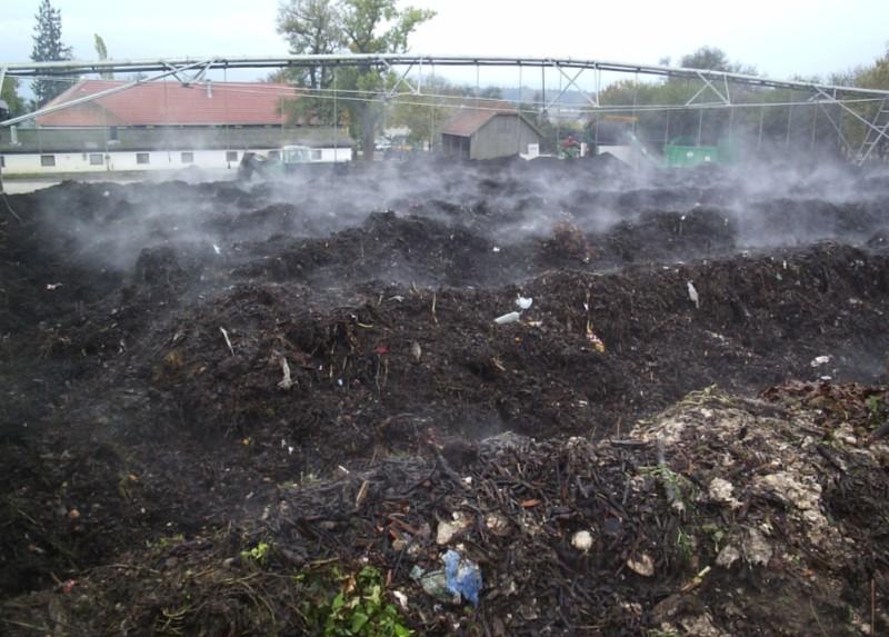 Kompostovacie zakládky. Nad nimi je sprcha na zavlažovanie kompostu.