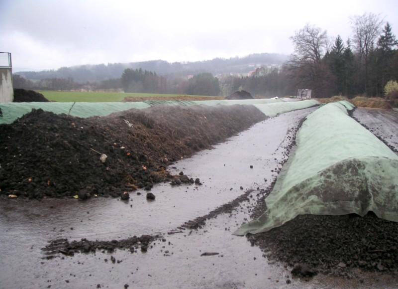 Zakládky s bioodpadom prikryté kompostovacou textíliou.