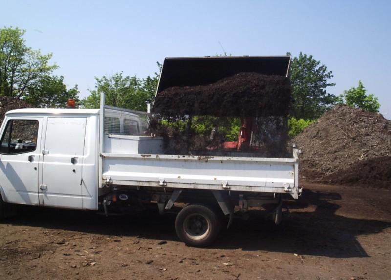 Nakladanie a predaj kompostu.