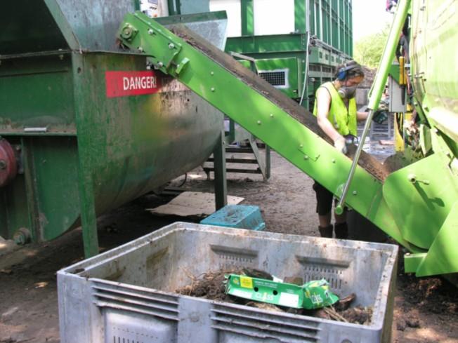 Dotrieďovanie podrveného bioodpadu pri presune do miešača.