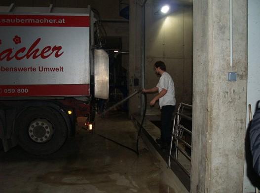 Po vyklopení nákladu zbavuje zaměstnanec stanice korbu automobilu případných nečistot.
