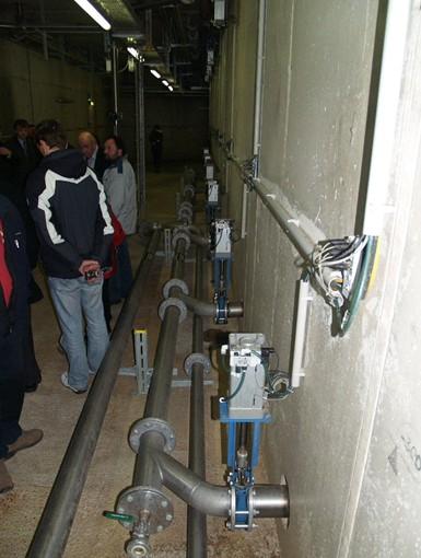Ústí z jednotlivých nádrží – podle toho, jaký druh substrátu je zrovna potřeba v hlavním fermentoru se automaticky otevírají jednotlivé uzávěry a potřebný substrát je čerpán do fermentoru.