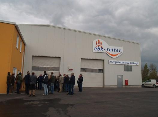 Účastníci exkurze diskutují se starostou Zwentendorfu a provozovatelem fermentační stanice