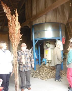 Lisování briket z biomasy různých plodin