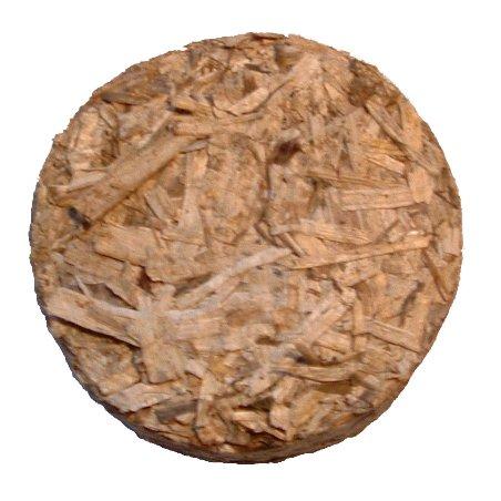 Briketa z konopného pazdeří, briketa má průměr 65 mm.