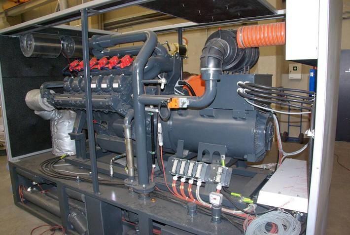 Srdcem  kogenerační jednotky je atmosférický pístový spalovací  motor MAN