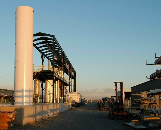 """Linka na výrobu """"syn-nafty"""" z netříděného komunálního odpadu: v popředí krakovací jednotka, v pozadí tepelný reaktor a pomocná zařízení"""