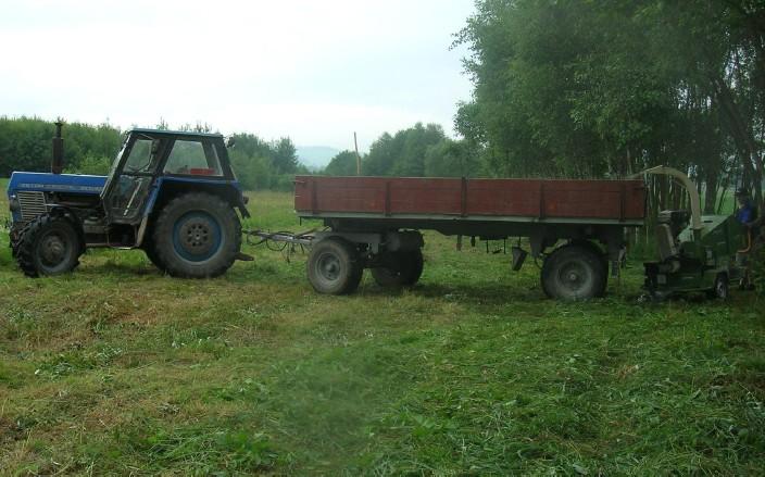 Traktorová souprava využitá pro místní přepravu dřevní štěpky