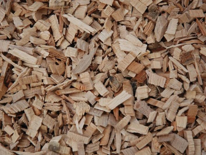 Dřevní štěpka vyrobená nožovým štěpkovačem
