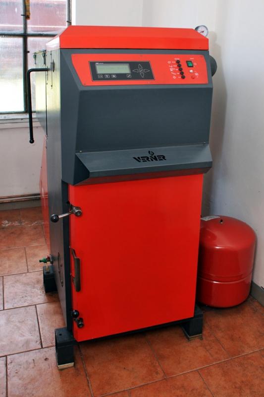 Automatický kotel VERNER, který vytápí šatny a velkou kancelář