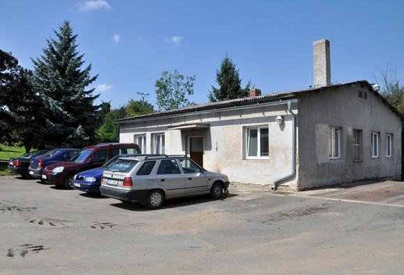 Budova, kde jsou umístěny šatny a kancelář