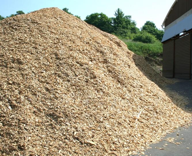 Dřevní hmota o různé kvalitě je před spálením promíchána na skladovací ploše