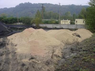 Míchání biomasy a černého uhlí na skládce paliva